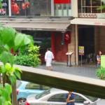 Chinese auf dem Weg zum Steakhouse im Bademantel ;-)