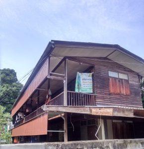 Holzhäuser versteckt in Gassen und Seitenstraßen Bangkoks.