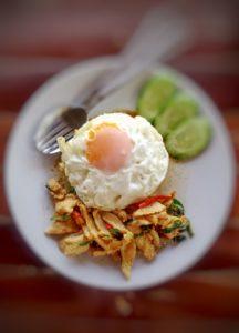 Huhn mit Chilli und Thai-Basilikum, dazu Reis mit Spiegelei.