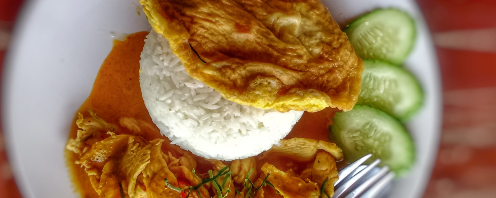 Penang Curry mit Reis und Omelette als Topping